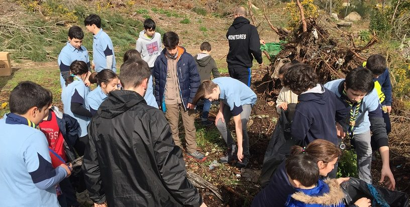 scouts recogiendo basura en el monte