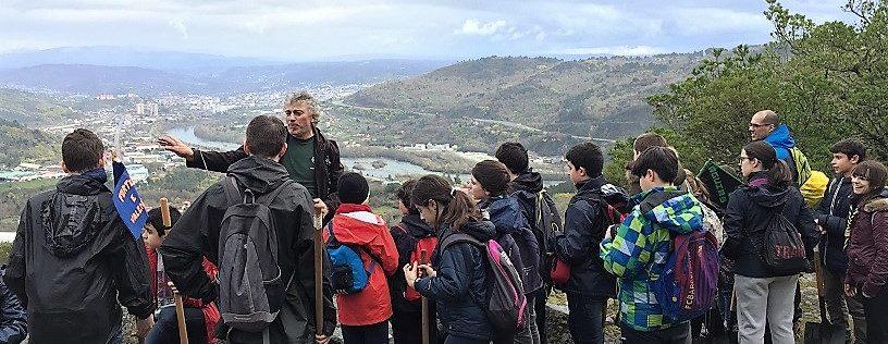 scouts contemplan vistas de Ourense