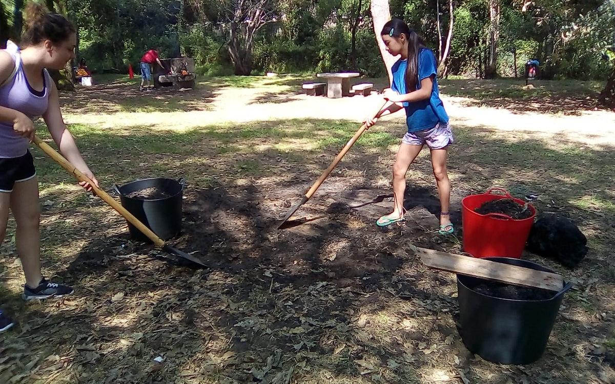 scouts limpando o San Xoan