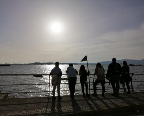 scouts mirando o mar