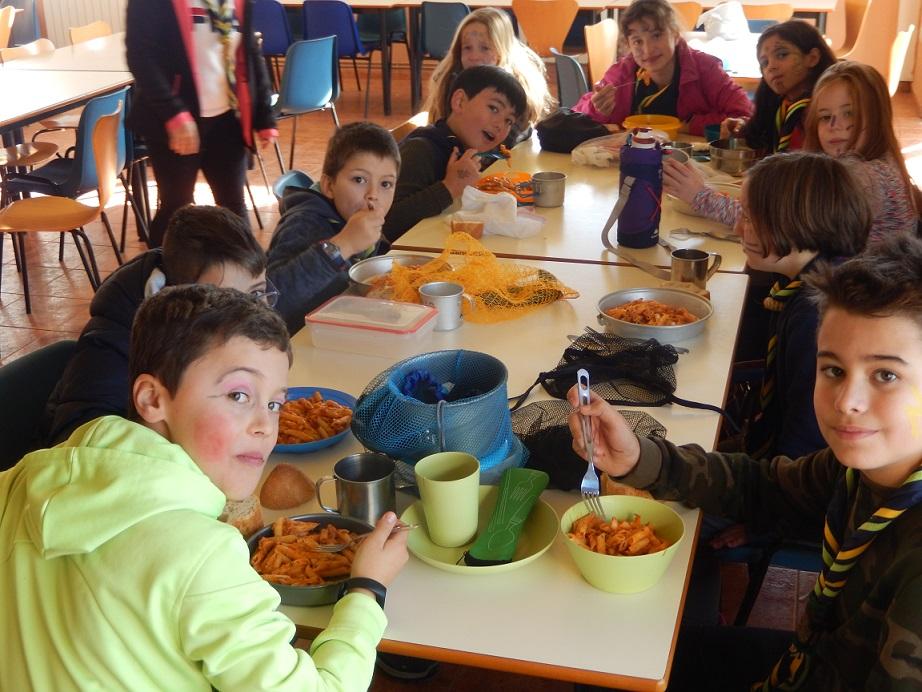 lobatos scout comendo de campamento